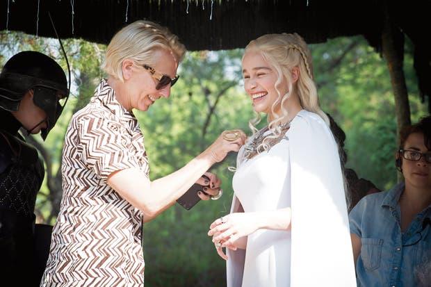 """Clapton, con Emilia Clarke. """"Intento estar siempre con los actores la primera vez que se prueban un traje"""", cuenta"""