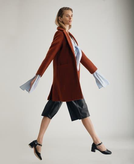 Tapado (Portsaid), blusa con sobremangas (Punto Negra), pantacourt de cuero (Desiderata). Foto: Eugenio Mazzinghi