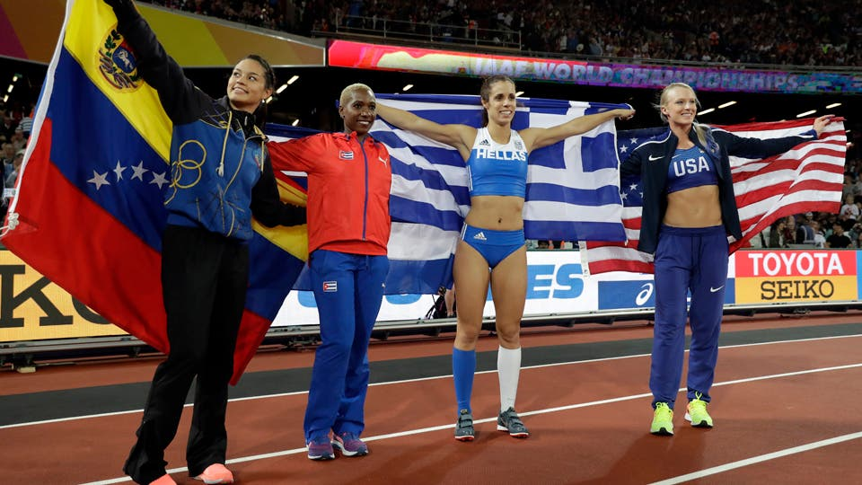 Desde la izquierda, la venezolana Robeilys Peinado y la cubana Yarisley Silva (medallas de bronce), la griega Ekaterini Stefanidi (oro) y la estadounidense Sandi Morris (plata) tras la final del salto con pértiga del Mundial de atletismo. Foto: AP