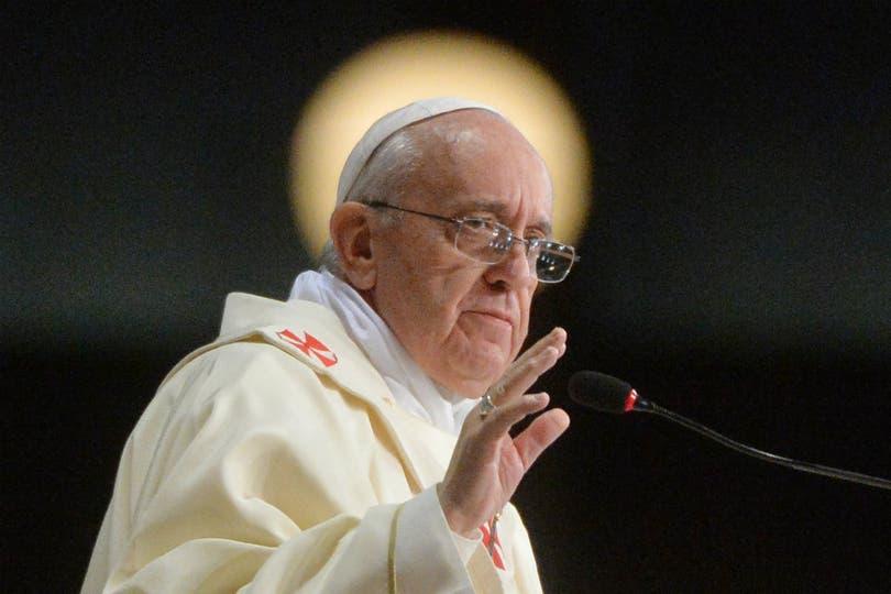 Un foco detrás del Papa crea un efecto santo en la imagen final. Foto: AP