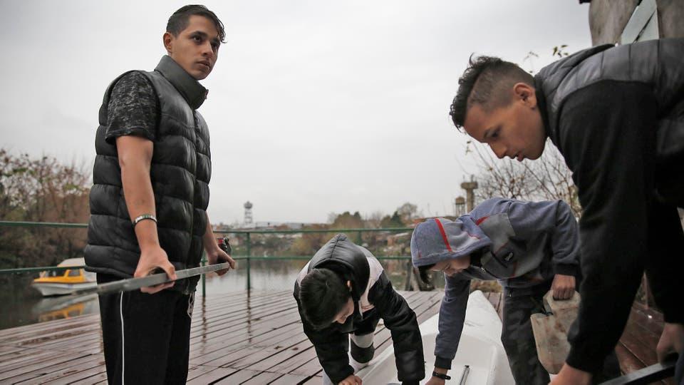 Un grupo de jóvenes de la Villa 21-24 se entrenan en remo para poder federarse y competir a nivel internacional. Foto: LA NACION / Santiago Filipuzzi