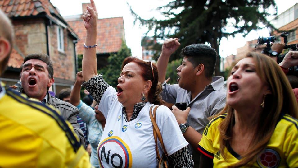 """En cambio quienes apoyaban el """"No"""", salieron a festejar a la calles. Foto: EFE / Ariana Cubillos"""