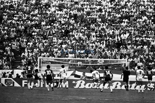 El gol de Pasculli visto desde el arco de Pumpido. Foto: LA NACION / Antonio Montano