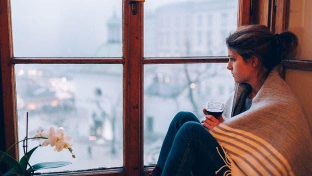 Si ya tenés ansiedad o tristeza, beber puede empeorar esos sentimientos, dice el NHS
