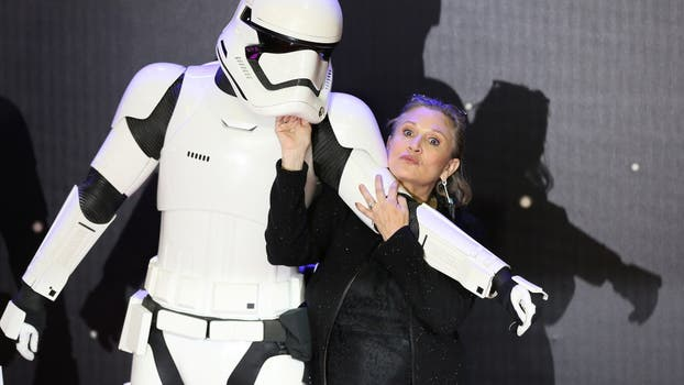 Carrie Fisher posa para las cámaras cuando llega al estreno europeo de Star Wars, The Force Awakens en Leicester Square, Londres. Foto: Reuters / Paul Hackett
