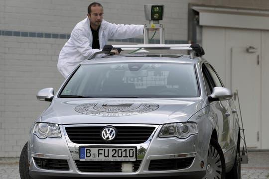 Desarrollado por la Universidad Libre de Berlín, el vehículo del proyecto AutoNOMOS está equipado con sensores y cámaras que son interpretados por un sistema central computarizado. Foto: AP