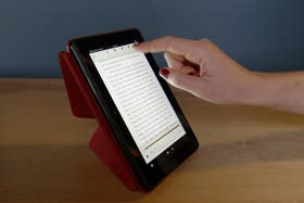 Los libros digitales, en general disponibles como ePub o PDF, sirven para leer en tabletas, teléfonos y lectores tipo Kindle