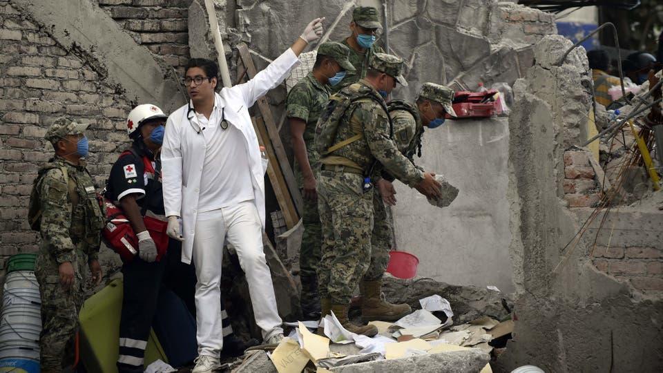 El epicentro se registró en el estado de Puebla y el sismo se sintió con fuerza en la capital, donde se registraron derrumbes. Foto: AFP