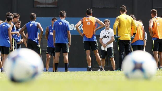Guillermo Barros Schelotto sabe que está cerca de conseguir para el club de la Ribera una nueva estrella, pero para eso debe apuntalar en las últimas cinco fechas a un plantel inestable en juego y actitud