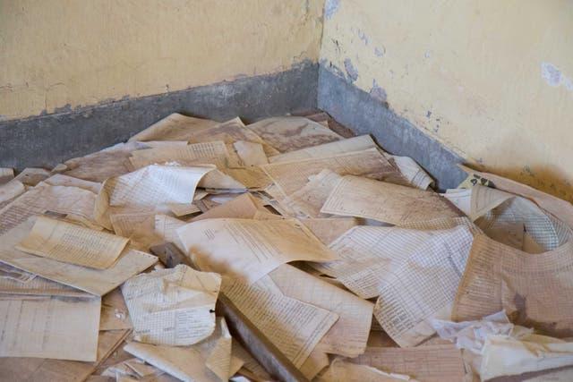 Viejos papeles y formularios del tren abondonados y revueltos en la estación Taca Taca. Fotos: Soledad Gil