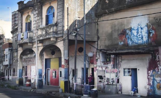 Por el riesgo de derrumbe se quedaron sin techo 65 personas que vivían en el conventillo de La Boca