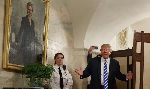 De manera imprevista, Trump recibió ayer al primer grupo de turistas visitantes en la Casa Blanca