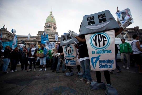 El oficialismo espera lograr por lo menos 200 votos positivos; militantes se movilizaron para celebrar. Foto: AP