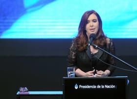 La presidenta Cristina Fernández hoy en un acto con el CEO de YPF