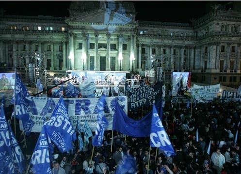 La Plaza del Congreso se vio colmada de manifestantes que apoyaron la ley; también hubo un cacerolazo de rechazo. Foto: LA NACION