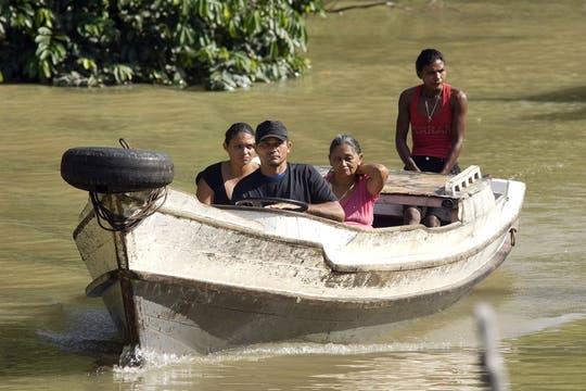 Brasileños concurren a votar en una isla en la boca del Amazonas cerca de Belem. Foto: Reuters