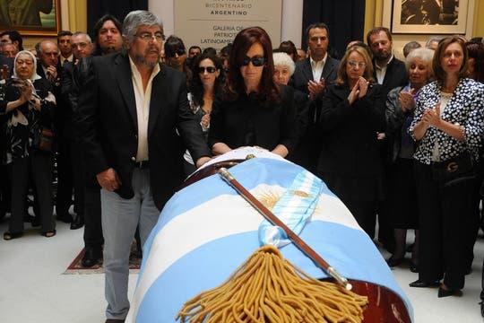 Cristina junto a Hugo Moyano, despiden a Néstor Kirchner. Foto: Presidencia de La Nación