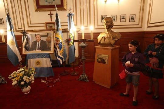 En la gobernación de Santa Cruz se armó una capilla ardiente por donde la gente pása a despedirse de Néstor Kirchner. Foto: LA NACION / Maxie Amena / Enviado especial