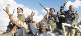 El eufórico festejo de los rebeldes tras los ataques de la coalición, en la ruta entre Benghazi y Ajdabiya