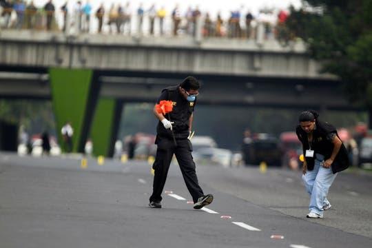 Un policía inspecciona la zona donde mataron a Cabral. Foto: Reuters