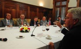 Felipe Gónzalez advirtió a la UIA sobre los peligros de los desequilibrios en el comercio mundial