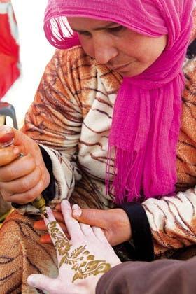 Henna. Una mujer realiza un tatuaje