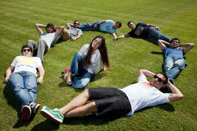 Los integrantes del grupo que lanzó el martes Volando con ritmo, su primer álbum