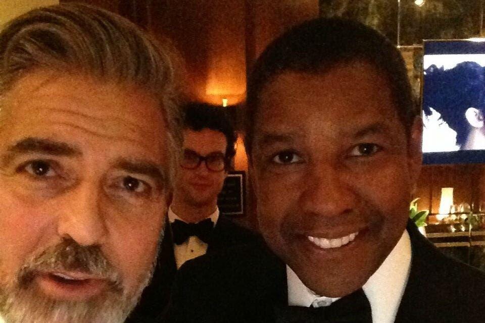 George Clooney, Denzel Washington y un colado, en el bar del backstage. Foto: /Twitter