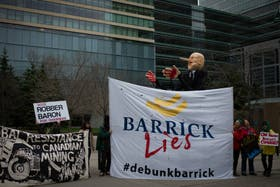 La protesta de Greenpeace en Canadá fue con carteles contra la minera Barrick