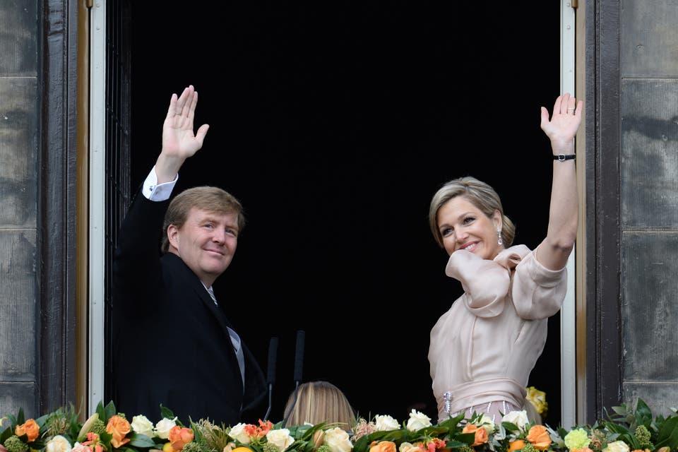 La despedida del balcón. El adiós y las amplias sonrisas de los reyes de Holanda a la multitud reunida en la plaza Dam..