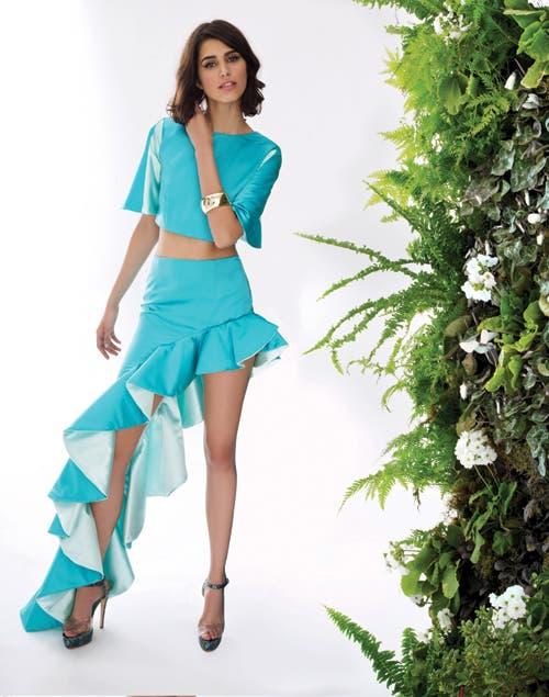 Ondas: top en saten de seda natural y falda con gran volado caracol en saten de seda natural (Consultar precio, Opaloca by Estela y Vicky La Fuente).