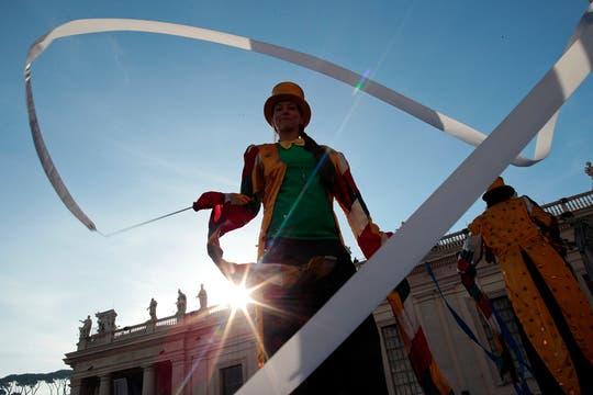 Los artistas del Golden Circus, durante su actuación en la plaza San Pedro. Foto: Reuters
