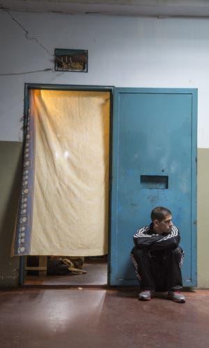 Desde que en el pabellón de máxima seguridad de Florencio Varela funcionan talleres de lectura, una editorial y una biblioteca, las muertes violentas dentro de la cárcel se redujeron a cero. La historia del abogado que cambió los golpes por los libros y revolucionó la cabeza de los presos.