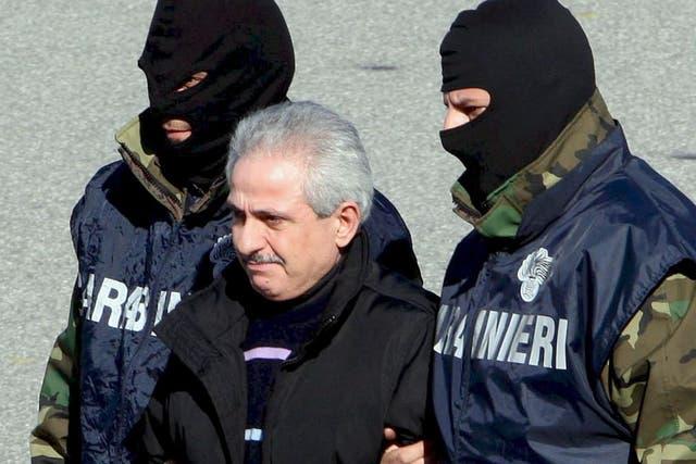 Dos carabinieri se llevan detenido a Pasquale Cordello, ex jefe de la ''ndrangheta'', en febrero de 2008