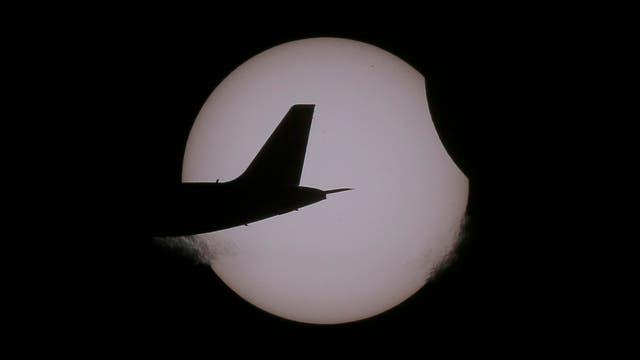 Un avión, en medio del espectáculo. Foto: AP