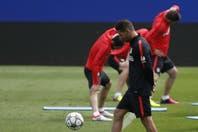 Es delantero de Atlético de Madrid, juega al Gran DT y tiene a José Sand como capitán