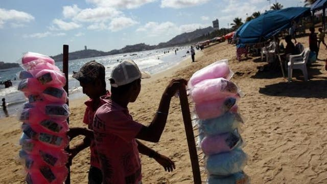 En las playas de Acapulco trabajan decenas de comerciantes ambulantes como Paco, quienes ofrecen múltiples productos a los turistas.
