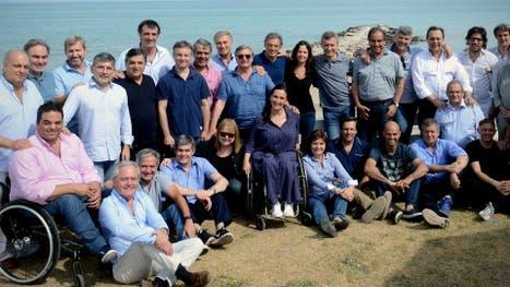 Frente al mar, así posó el equipo de gobierno en pleno, con el propio Macri incluido