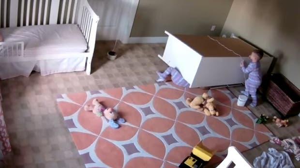 Mira cómo este niño de 2 años rescata a su hermano gemelo