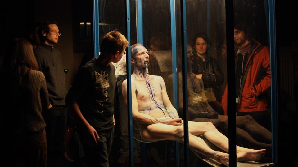 En una jaula, el artista llora, suda, exuda un líquido azul Gentileza bP17