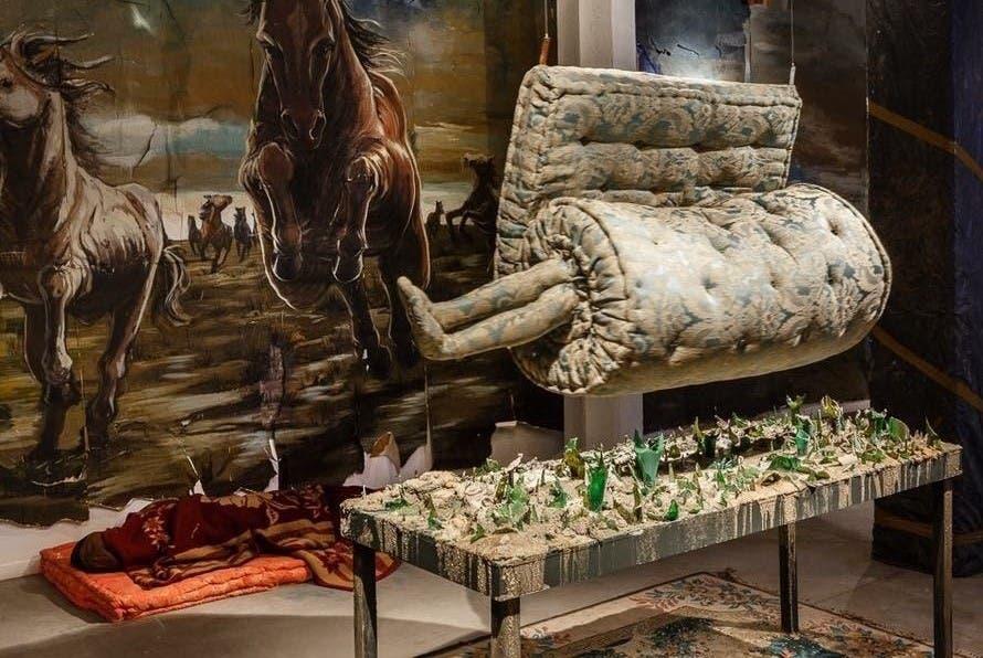 López colgó una obra de Claudia Fontes sobre una amenazante cama de vidrios rotos. Gentileza Marcos López