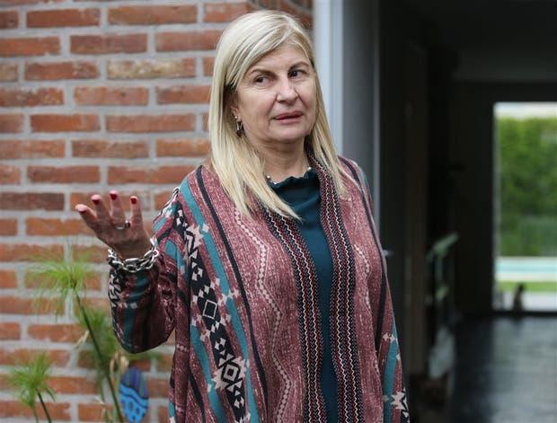 La jueza Caludia Greco, en la puerta de su casa, ayer a la tarde