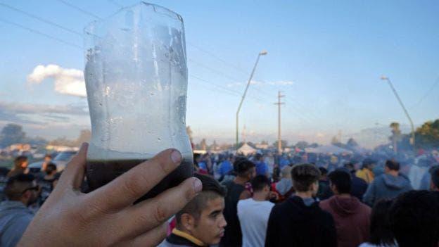 La botella cortada por la mitad que, durante el concierto del músico de culto argentino Indio Solario, la gente levanta cual bandera