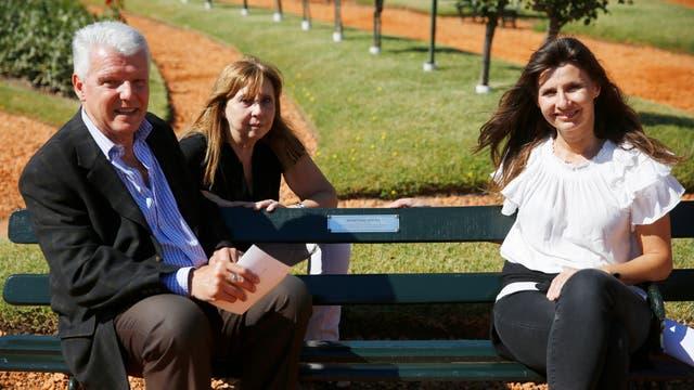 Néstor Avena, junto a su esposa y su hija, en el banco en homenaje a su padre Domingo