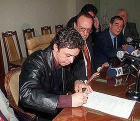 Gallardo firma la transferencia a Mónaco en las oficinas del Monumental; lo acompañan Pintado, Caliendo y Davicce