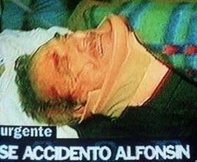 Alfonsín, al llegar anoche en camilla a la Clínica Roca, en General Roca, provincia de Río Negro, con un cuello ortopédico