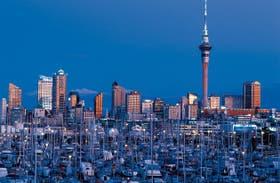 Auckland: la ciudad con más veleros por persona del mundo. Al centro, sobre el horizonte, se recorta la Sky Tower