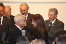 La Presidenta saluda al presidente de la UIA, Juan Carlos Lascurain