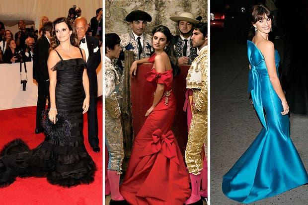 Otros elegidos de Penélope Cruz, una de sus clientas más fieles. De negro en los Oscar, de rojo en la portada de Vogue España y de turquesa, en la entrega de la medalla de oro del Spanish Institute, en 2007. Foto: Vogue.es