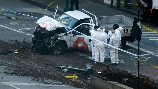 Los investigadores examinan restos del ataque